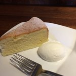 カフェ マルゴ - スフレチーズケーキ ふんわり滑らかな生クリームが添えられています