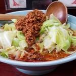 玉蘭 - 極辛担々麺 800円。担々麺には珍しく、野菜は茹でキャベツとモヤシ。