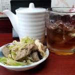 玉蘭 - 紹興酒(ロック) 500円。本日の無料のお通しは、レバー、湯葉、キャベツとモヤシの炒め物。