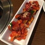 大衆焼肉 寿 - キムチ盛り合わせ キムチときゅうりとトマトのキムチ