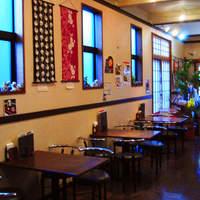 和楽 花音 - 店頭部分にはお土産コーナーもあり、駄菓子屋さんのなつかしいオモチャも買えます。横丁ならではです