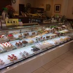 マサムラ - ショーケースに洋生菓子、奥の方に焼き菓子も沢山。