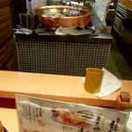まきの - 天ぷらの揚がる様子が楽しめます