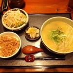 一歩 - 鶏がらスープのラーメンとそぼろ御飯(小)のセット