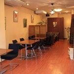 カフェ フェリース - 店内は広々としていて2人席や4人席、ゆったりくつろげるソファー席もございます♪