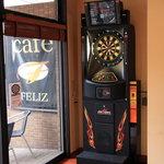 カフェ フェリース - フェニックス社製のダーツマシンです♪ なんと両替機も完備! お気軽にどうぞ☆