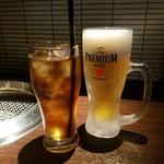 和牛焼肉 勢 - 「生ビール(中) (550円)」、「ウーロン茶 (290円)」
