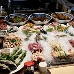 炉ばた焼 いろり - 料理写真:カウンター前には素敵な食材がずらり