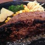 GRILL ALABELL - 国産黒毛和牛ハンバーグ オリジナル210g 1,450円の 焼き面