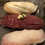 鮨ぎん くさびや別邸 - おまかせにぎりのつぶ貝、カツオ、クロダイ