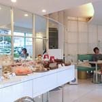 ショコラティエ・エリカ - 店内奥にカフェ