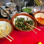金龍ラーメン  - 無料トッピングの、おろしニンニク、ニラ、キムチ。キムチは、某大陸性インバウンド向けだろうか?