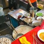 金龍ラーメン  - キッチン部風景②。常に寸胴でスープを煮出している。熱い湯気がもろに来るので、特に夏季は、ここの場所には陣取らない方がいいと思われる。