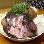 鬼瓦 - クエ鍋の具材。全長60cmにもなる大型高級魚。基本は夜の料理だが、お願いして昼に出していただいた