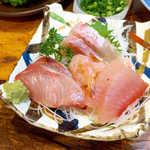 鬼瓦 - カンパチ(左)、トンボ(右)、ガス海老(中央)、ヒラマサ(奥)。漁港らしく豪快な切り身!