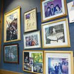 鬼瓦 - 壁には取材時の記念写真や、大将が大物(クエ?)を釣ったときの写真が飾られる
