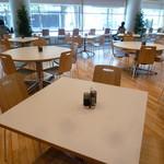 レストランカフェ・地球こうさてん - カウンター席とテーブル