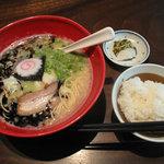 博多 五行 - 単品メニューで一番安い、醤油とんこつ麺680円。ランチタイムには無料で、白ご飯orサラダが付きます。