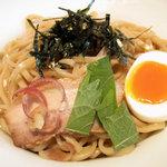 博多 五行 - どこが旬っぽいかといえば、トッピングのシソとミョウガのスライスかな。麺は全粒粉でしょうか。