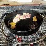 亀甲苑 - モモ肉も焼いて準備完了
