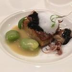 ル ビストロ メランジェ - 富山産の蛍烏賊の焼きムースリーヌ、そら豆を添えた新玉ねぎのソースと烏賊墨のソース