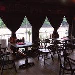 ホンキートンク - ゆったり落ち着いた雰囲気の店内からは京都乗馬クラブの練習風景も御覧いただけます