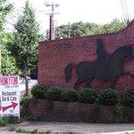 ホンキートンク - 京都乗馬クラブのレンガ門が目印です