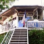 ホンキートンク - 階段奥の店内にて、是非味わいとくつろぎのひとときをお楽しみください。