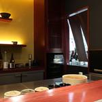 三合菴 - 暖簾の奥が厨房