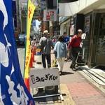 日本酒うなぎだに - 店舗は路地から一歩入った先にある。