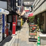 日本酒うなぎだに - 路地の突き当りが店舗だ。