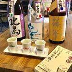 日本酒うなぎだに - 日本酒飲み比べセットとちょい飲み手帖で記念撮影。