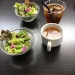 肉バル 肉食男女 - ウーロン茶・サラダ・スープ