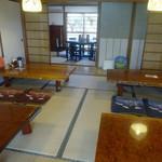 三日月庵 - 「三日月庵」8畳間の座卓と奥の椅子テーブルの円卓