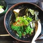 まわたり食堂 - 生野菜のトッピングされている普通のラーメン