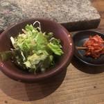 牛門 - セットのサラダとキムチ