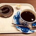 三本珈琲店 - ブレンドコーヒー(300円)左のコースターのようなものは、サンドウィッチが出来上がったときにブルブルなるもの。