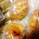 86206068 - さまざまなパン。