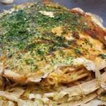 86209858 - 「肉玉そば」(税込790円)                        ・中太の生麺(お店で茹でます)                        麺をケチャップで味付                       ・カープソース(辛口と甘口、2種類)                       ・焼き方:ヘラで押さえる                       ・焼き上がりの形:きれい                       ・鉄板で食べるのは可能