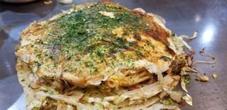 麗ちゃん - 「肉玉そば」(税込790円)  ・中太の生麺(お店で茹でます)  麺をケチャップで味付 ・カープソース(辛口と甘口、2種類) ・焼き方:ヘラで押さえる ・焼き上がりの形:きれい ・鉄板で食べるのは可能