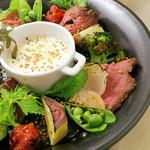 ローストビーフとグリル野菜のバーニャフレイダ