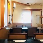 赤坂 三河家 - この日はテーブル席に。私が食べ終える頃には空席もありました。照明は少し暗く、静かに音楽が流れる大人な和の空間。