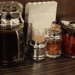 白カレーの店 1/f ゆらぎ  - ソース、辛み、福神漬け