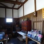 庄司そば - 外から1枚目の扉入った土間には道具が色々並んでマス