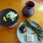 庄司そば - 先に提供されるお凌ぎと薬味、ツユ。器は新庄東山焼きで