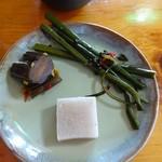 庄司そば - 自家製のワラビの1本漬けと胡瓜はピリ辛漬け、それと蕎麦寒天