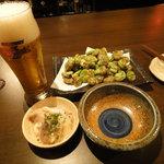 蒲田物語 - ザ・プレミアム・モルツ 生 中、揚げそら豆、お通しの海鮮マリネ