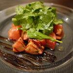 クッチーナ・オーラ・レガーレ - 地ルーコラと三浦のトマトのサラダ