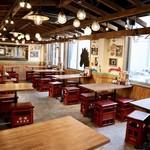 栄 馬肉酒場 馬喰ろう - 大衆酒場をイメージした広々空間