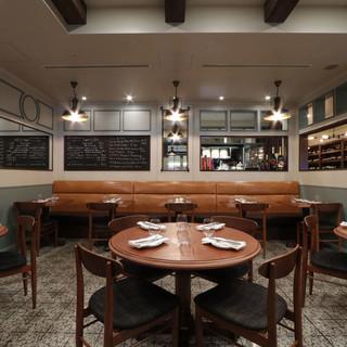 パリの日常的に親しまれている食堂のような雰囲気の店内